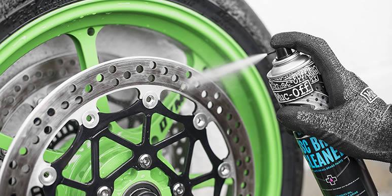 Откуда появляется черная пыль на колесных дисках скутера?